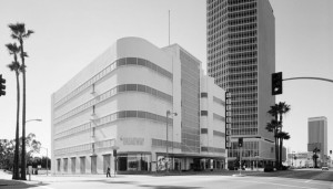 The Broadway Department Store (formerly Coulter's), Wishire Blvd, 1972. The California Federal Bank Building is on the right – designed by Charles Luckman, it was constructed in 1963. (Library of Congress; Call Number: HABS CAL,19-LOSAN,32--2)
