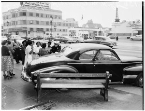 Automobile accident near the intersection of Wilshire and Orange Grove Drive, 1952. The 6030 Wilshire Building is on the left (later the location of the A+D Musuem) and the Geller Theatre Workshop is in the background at right. (USC Digital Library)