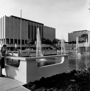 Exterior view of the Los Angeles County Museum of Art and its fountains, 1965. The museum was designed by Pereira Associates. (Water and Power Associates)