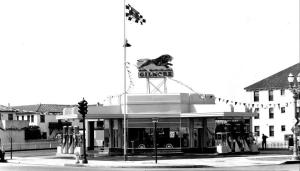 Gilmore gas station at the southwest corner of Fairfax Avenue and Wilshire Boulevard, circa 1930s. The building on the right (The Carthay Apartments) is still standing. The Gilmore family created the Farmers Market at Fairfax and Beverly.