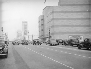 View along Wilshire of Coulter's Department Store, circa 1938. The partially obscured billboard on the right promotes A. W. Ross' real estate company. Ross is the developer who created the Miracle Mile. (Herman J. Schultheis Collection; Los Angeles Public Library)