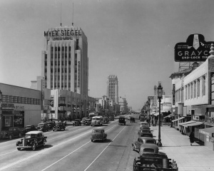 Wilshire Bouldevard east of Cloverdale Avenue, 1938. The Grayco sign on right was the largest neon sign on Wilshire Boulevard. (Los Angeles Conservancy)