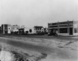 Wilshire Boulevard between Cloverdale Avenue and Cochran Avenue, circa 1920s. The Dominguez Wilshire was constructed on this site in 1930. (Dick Whittington Studio; USC Digital Library)