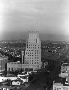 The E. Clem Wilson Building on the northeast corner of La Brea and Wilshire. The white structure in the lower lefthand corner is McDonnell's Wilshire Cafe, formerly the Dyas-Carleton Cafe (the name that is still painted on the back wall of the restaurant). (Ralph Morris Collection; Los Angeles Public Library)